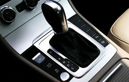 自动挡汽车起步正确的作法是: 一,先将选挡手柄移动至预定的行驶的